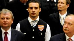 Ízléstelen politikai sztriptíz a Jobbik frakcióvezetőjétől