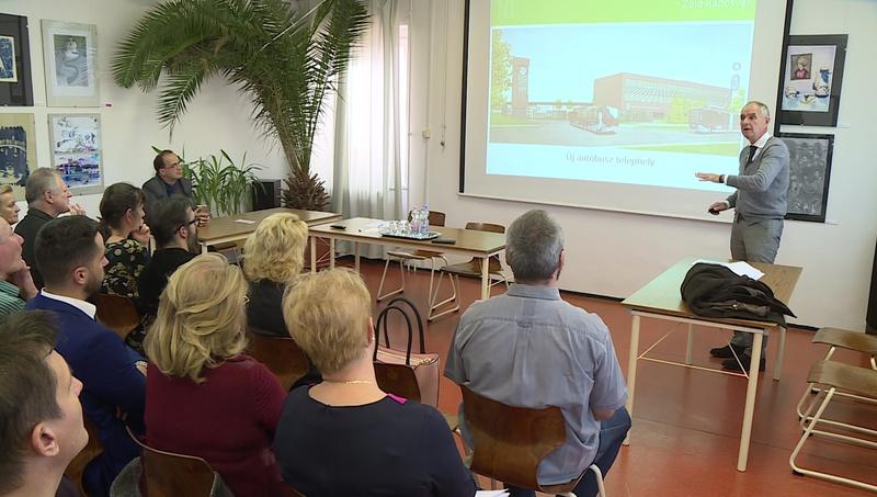 Szita Károly ma a Zichy Mihály Iparművészeti Szakgimnázium tantestületi ülésén ismerette a Németh István Program részleteit, majd a pedagógusokat foglalkoztató kérdéseket és esetleges problémákat is összegyűjtötte.