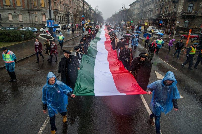 Egy több mint hétszáz méter hosszú magyar zászlót visznek a magyar zászló és címer napja alkalmából szervezett felvonulás résztvevői a fővárosi Andrássy úton 2018. március 16-án. MTI Fotó: Balogh Zoltán