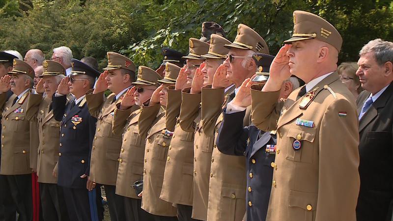 A résztvevők előbb a 44-es gyalogezred emlékoszlopánál tisztelegtek a honvédő csatákban harcolt és elhunyt hősök előtt, majd többen is elismeréseket vehettek át.