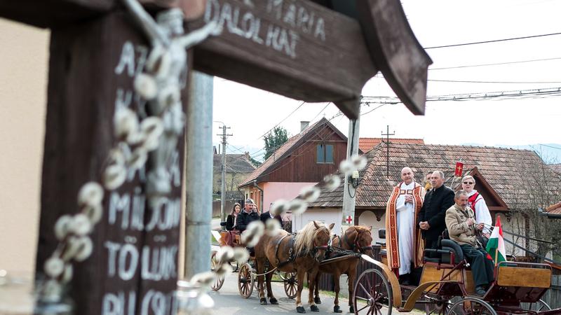 Göthér Gergely plébános zarándokok társaságában egy lovas fogaton a csobotfalvi határkerülésen 2019. április 21-én. Székelyföld katolikus falvaiban a húsvéti ünnepkörnek elmaradhatatlan része a határkerülés. Húsvét vasárnapján a hagyományok szerint arra kérik a feltámadt Jézus Krisztust, hogy őrizze meg a falu határát, óvja meg annak lakóit minden bajtól és természeti csapástól. fotó: MTI/Veres Nándor