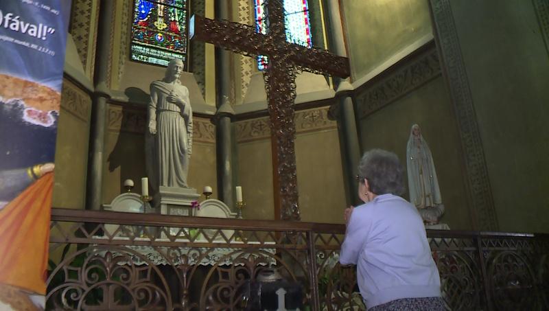 Sokan imádkoznak a kereszthez Kaposváron