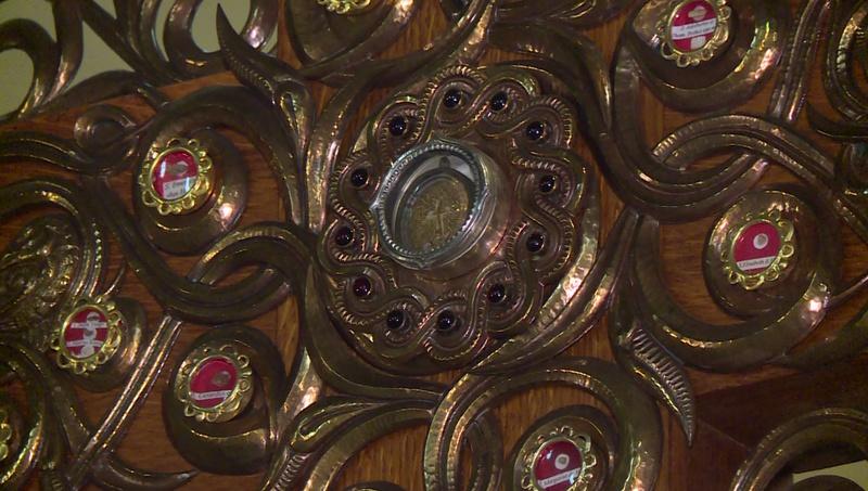 Az Eukarisztikus Kongresszus jelképe számos szent ereklyét rejt