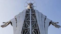 Huszonhárom méter magas pléh-Krisztust állítottak Székelyföldön