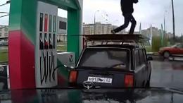 Oroszországban így örülnek a benzinár csökkenésnek