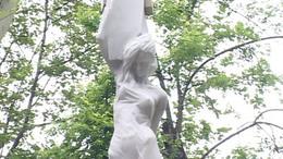 Eget a földdel összekötő jelet állított Kaposvár