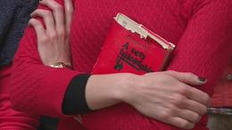 Pirosba öltöztek a könyvtárosok