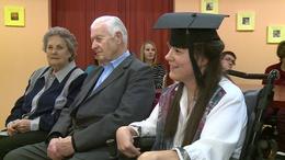 Négy év után kapott diplomát a mozgássérült lány