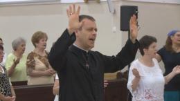 Táncolva és énekelve dicsőítik Istent