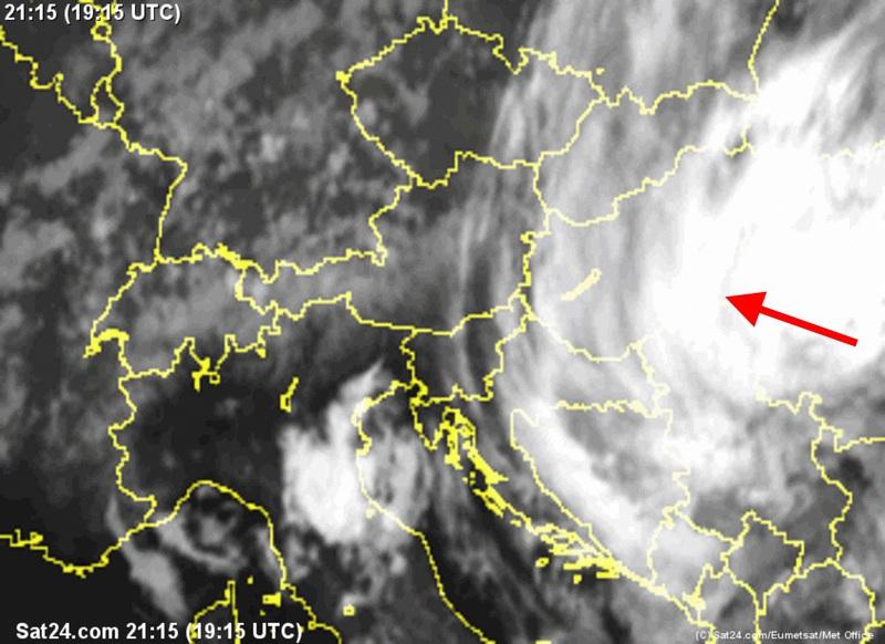A friss műholdképen a Románia felett hatalmas felhő és csapadékzóna látható, amely reggelre beteríti hazánkat.