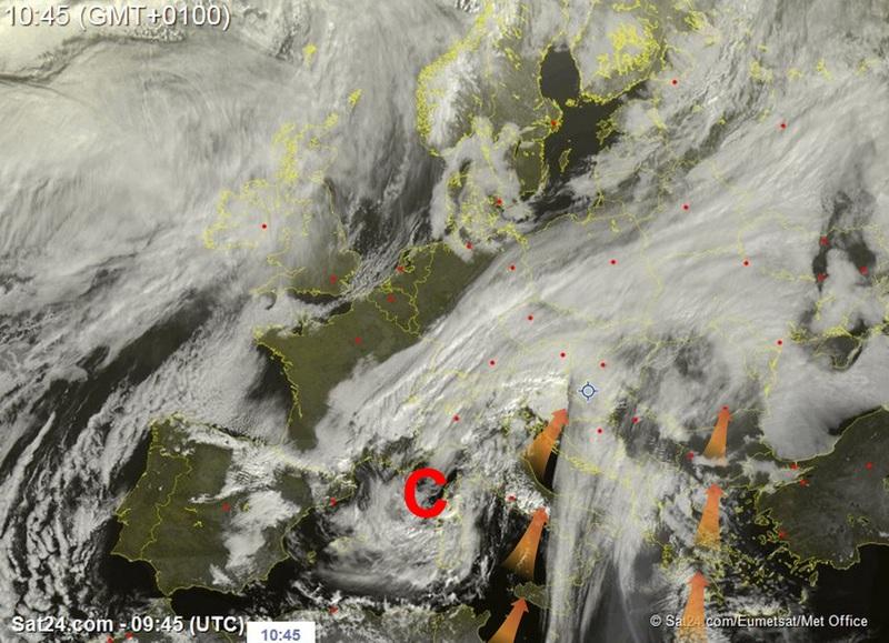 A friss műholdfelvételen szépen látszik a ciklon, illetve annak áramlási rendszerében érkező homok.
