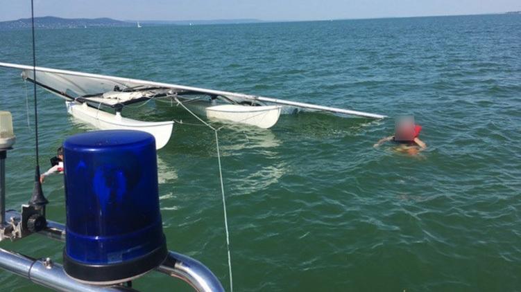 Bajba jutott szörföst mentenek ki a Balatonból a vízirendészet munkatársai