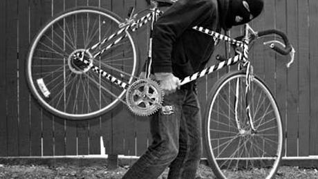 Padhoz láncolt bringát kötött el