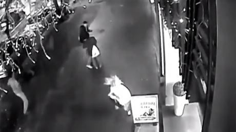 Videón a robbantás pillanata