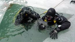 Búvár tűzoltók a jég alatt