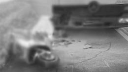 Motoros ütközött a parkoló autóknak
