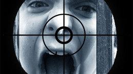 Fegyvert szegezett 13 gyerekre