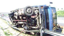 Faszállító teherautó borult fel az M7-en