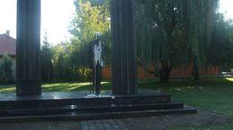 Újabb rongálás: festékkel öntötték le a siófoki Károlyi-szobrot