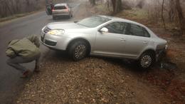 Videóval! Balesetek - autók csúsztak az árokba Bányánál az ónos eső miatt