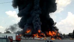 Óriási füsttel égett a szivacsgyár