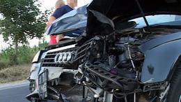 Mezőgazdasági vontató és Audi ütközött