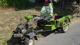Kerti traktorral száguldozott