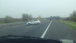 Baleset az M7-en: szalagkorlát fogta meg az autóst