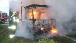 Lángok martaléka lett a kisteherautó Iharosnál