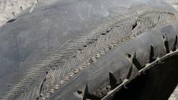 Lyukas gumi miatt csavarodott oszlopra Szőlősgyörökön