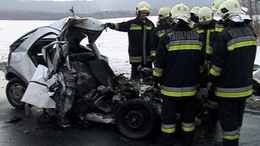 Baleset az elkerülőn úton: kamion alá szorult az autó