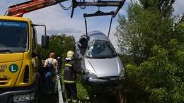 Árokba zuhantak és motorral ütköztek tegnap az autósok