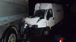 Kamionba rohant egy furgon