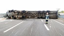 Felborult egy kamion az M7-es Budapest felé vezető oldalán
