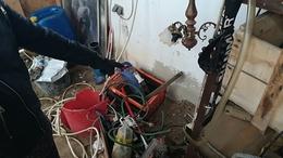 Megkérték hogy vigyázzon a házra, ellopott és eladott mindent