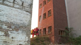 Víz alá merültek és épületet másztak a mentőcsoportok