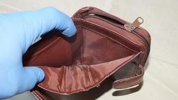 Cigarettára kért pénzt, de vitte az egész pénztárcát és eltűnt