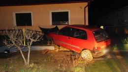 Fennakadt egy autó egy kadarkúti kerítésen
