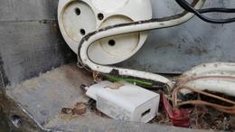 Feltörte az áramdobozt, kikapcsolt a vasúti átjáró fényjelzője