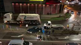 Átszakította egy autó az elválasztó korlátot a Plázánál
