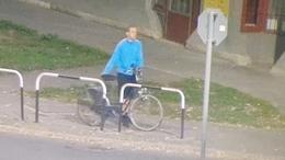 Eltolta a biciklit