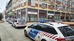 Négy rendőrautó a Fő utcán
