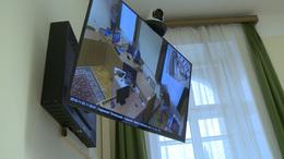 Videós konferencián hallgatták meg a fogvatartottakat
