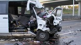 Két halott az M7-esen: kamionba rohant a kisbusz