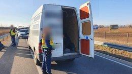 Bérelhető furgonnal csempészte a migránsokat