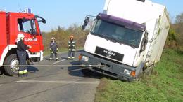 Árokba borult egy élesztőt szállító kamion Magyaratádnál