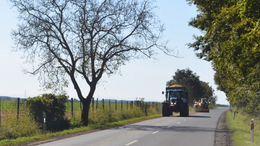 Traktorokok, kombájnok, munkagépek az utakon