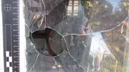 Betörték az ablakot, berúgták az ajtót