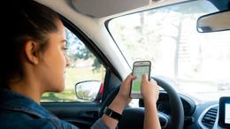 Kiszűrik a vezetés közben mobilozókat