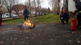 Tűzgyújtás és oltás a marcali óvoda udvarán